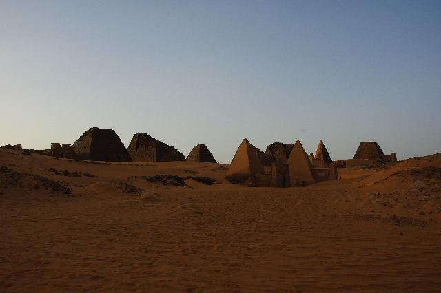 メロエ遺跡のピラミッド群(3) ブラック・ファラオの風、北ピラミッド群_c0011649_0595860.jpg