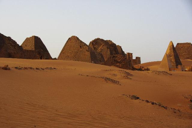 メロエ遺跡のピラミッド群(3) ブラック・ファラオの風、北ピラミッド群_c0011649_102317.jpg