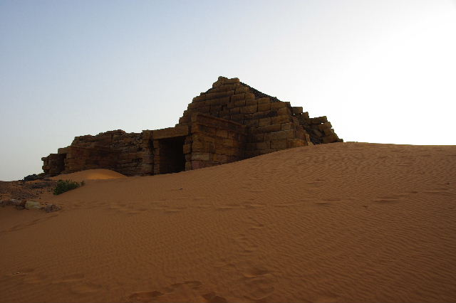 メロエ遺跡のピラミッド群(3) ブラック・ファラオの風、北ピラミッド群_c0011649_1215943.jpg