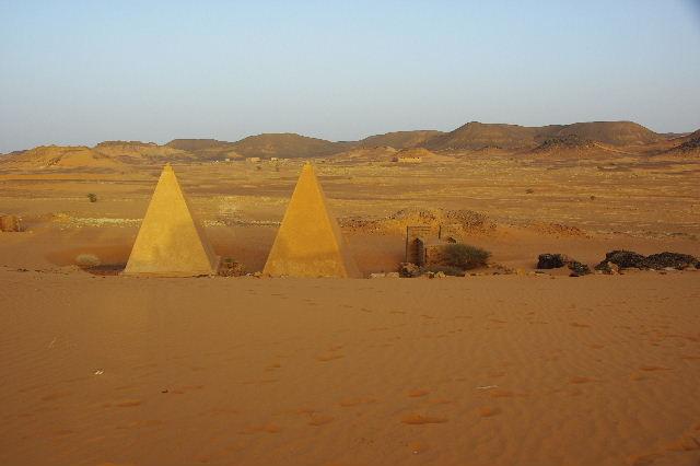 メロエ遺跡のピラミッド群(3) ブラック・ファラオの風、北ピラミッド群_c0011649_1263353.jpg