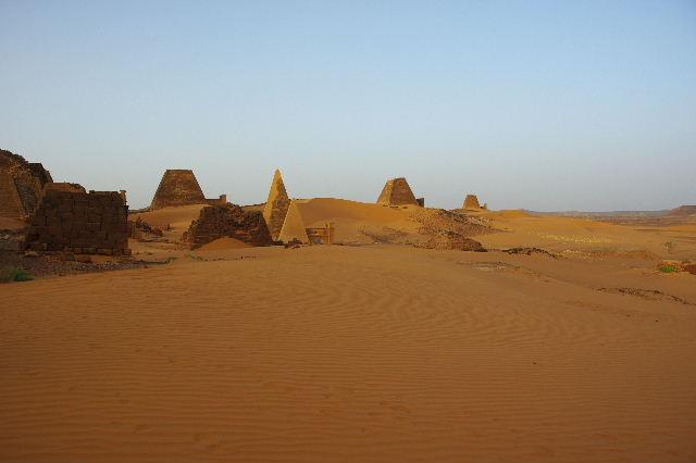 メロエ遺跡のピラミッド群(3) ブラック・ファラオの風、北ピラミッド群_c0011649_127258.jpg