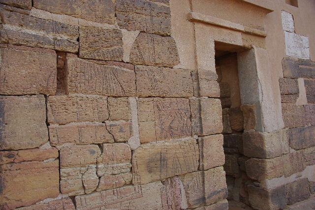 メロエ遺跡のピラミッド群(3) ブラック・ファラオの風、北ピラミッド群_c0011649_1343217.jpg
