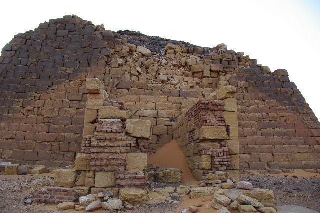 メロエ遺跡のピラミッド群(3) ブラック・ファラオの風、北ピラミッド群_c0011649_1353162.jpg