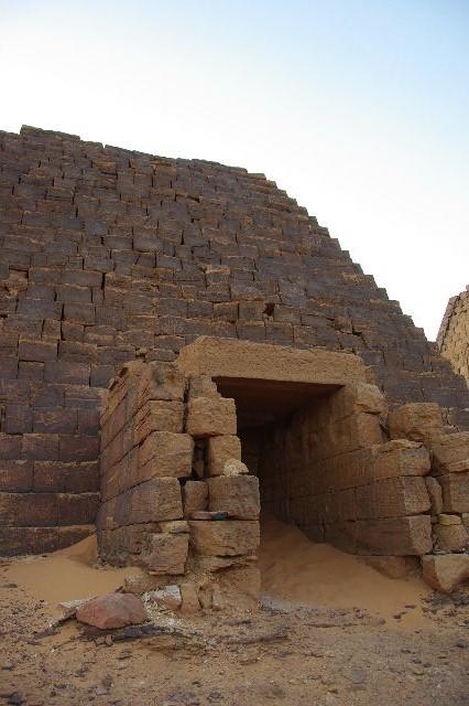 メロエ遺跡のピラミッド群(3) ブラック・ファラオの風、北ピラミッド群_c0011649_1381795.jpg