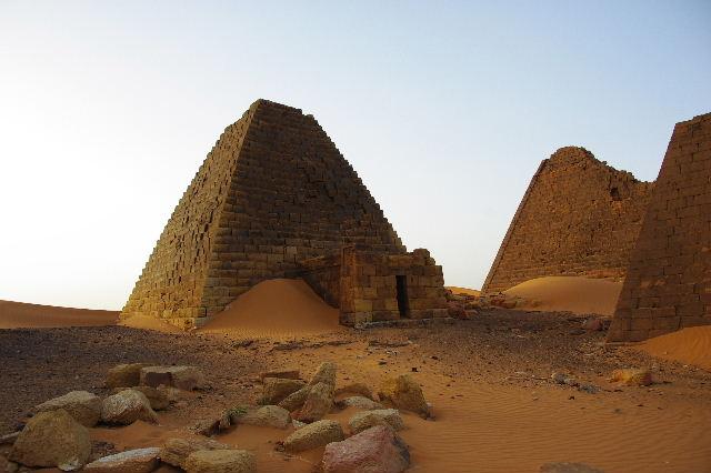 メロエ遺跡のピラミッド群(3) ブラック・ファラオの風、北ピラミッド群_c0011649_1413264.jpg