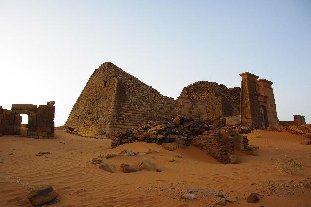 メロエ遺跡のピラミッド群(3) ブラック・ファラオの風、北ピラミッド群_c0011649_1425556.jpg