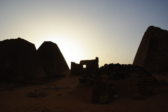 メロエ遺跡のピラミッド群(3) ブラック・ファラオの風、北ピラミッド群_c0011649_1545610.jpg