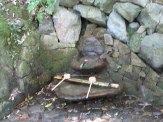 「背くらべ石」です。牛若丸が、奥州藤原氏を訪ねて鞍馬寺を出奔する途中で、... いい加減大人の呑