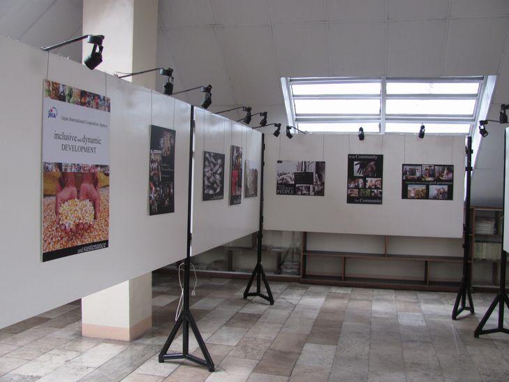 七夕会場に 日本映画祭と写真展が・・ バギオ博物館_a0109542_19543664.jpg