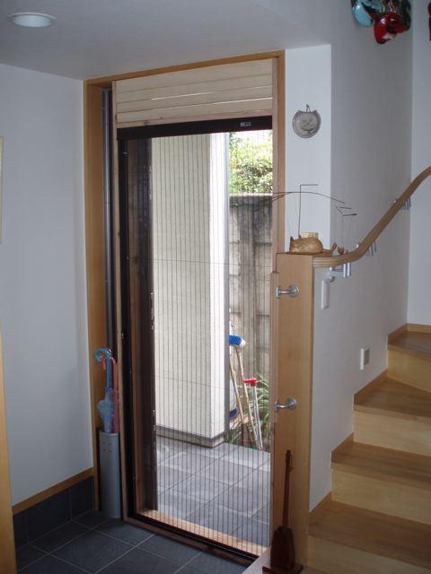 エコ暮らし 玄関扉にお手製網戸を設置。_d0005380_19454429.jpg