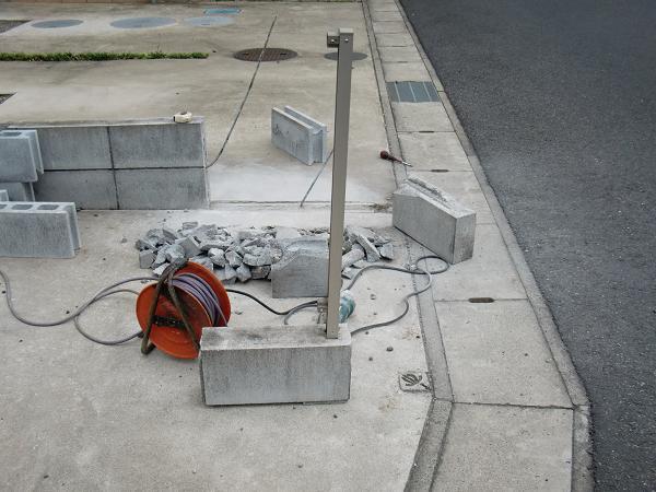 フェンス、ブロック修理 ~ フェンス、柱は再利用です。_d0165368_644359.jpg