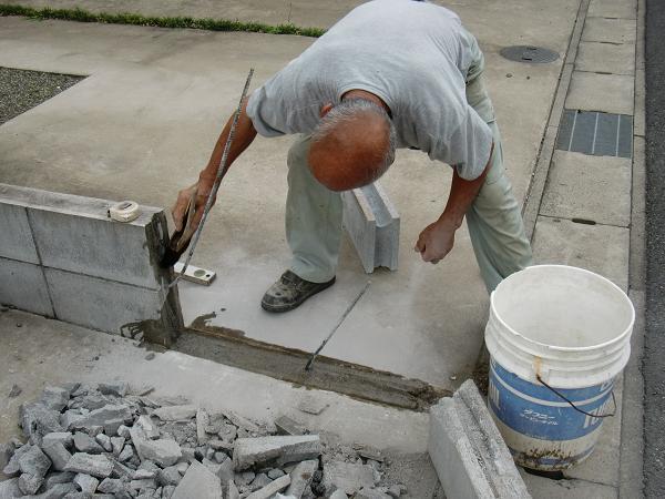 フェンス、ブロック修理 ~ フェンス、柱は再利用です。_d0165368_651562.jpg