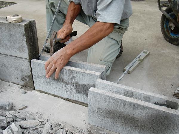 フェンス、ブロック修理 ~ 1段目のブロック積み_d0165368_6235215.jpg