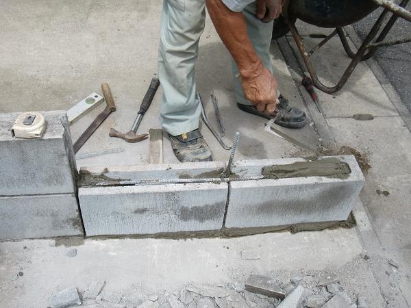 フェンス、ブロック修理 ~ 1段目のブロック積み_d0165368_6241076.jpg