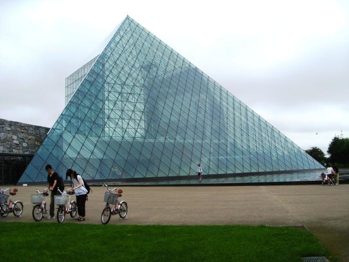 ガラスのピラミッドへ・・_b0087077_1038466.jpg