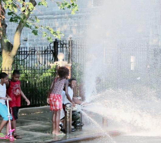 夏のニューヨーク名物、消火栓で水遊び_b0007805_2217684.jpg