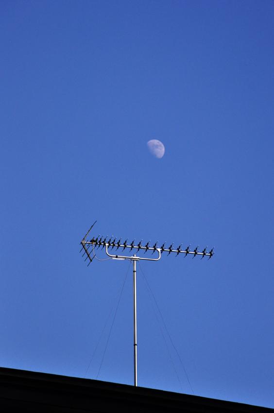 アンテナと月_e0162117_045498.jpg