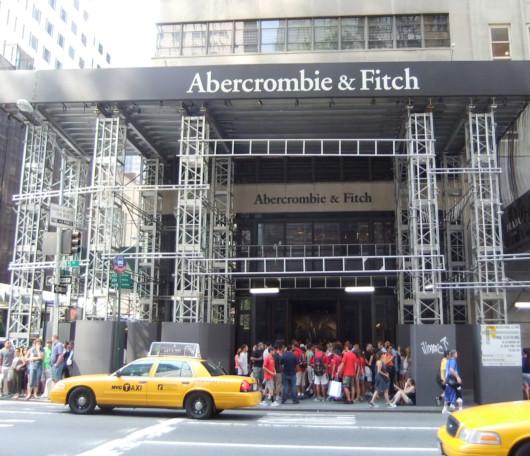 ニューヨーク5番街の新名所、アバクロとホリスターの裸のイケメン君たち_b0007805_1154575.jpg