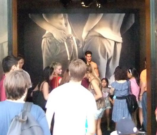 ニューヨーク5番街の新名所、アバクロとホリスターの裸のイケメン君たち_b0007805_1161061.jpg