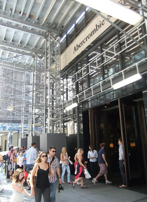 ニューヨーク5番街の新名所、アバクロとホリスターの裸のイケメン君たち_b0007805_1162526.jpg