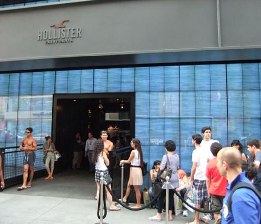 ニューヨーク5番街の新名所、アバクロとホリスターの裸のイケメン君たち_b0007805_1171784.jpg