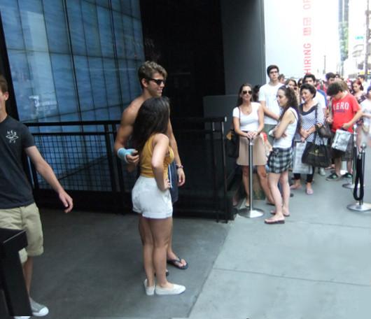 ニューヨーク5番街の新名所、アバクロとホリスターの裸のイケメン君たち_b0007805_1174097.jpg