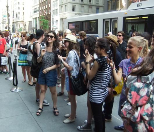 ニューヨーク5番街の新名所、アバクロとホリスターの裸のイケメン君たち_b0007805_1175187.jpg