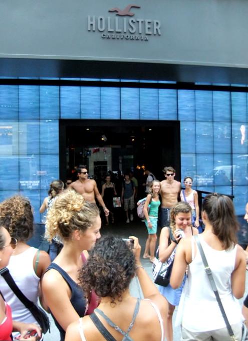 ニューヨーク5番街の新名所、アバクロとホリスターの裸のイケメン君たち_b0007805_118139.jpg