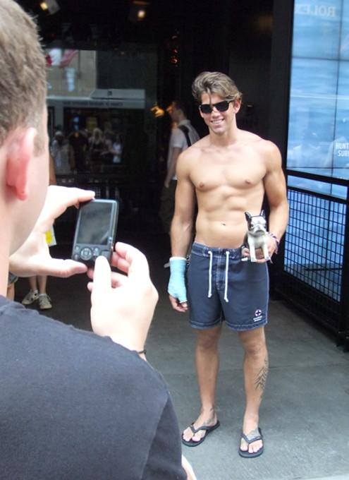 ニューヨーク5番街の新名所、アバクロとホリスターの裸のイケメン君たち_b0007805_118211.jpg