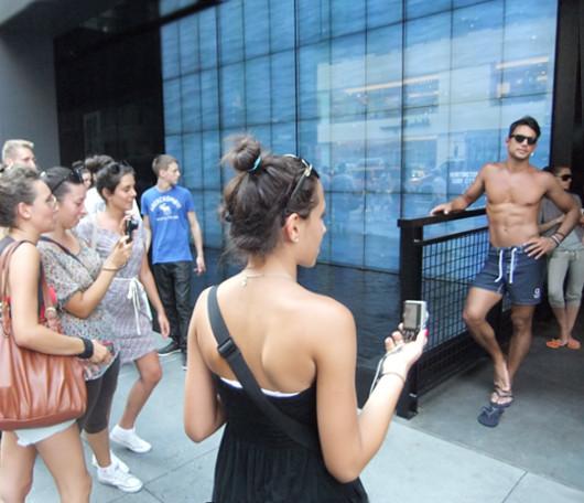 ニューヨーク5番街の新名所、アバクロとホリスターの裸のイケメン君たち_b0007805_1271727.jpg