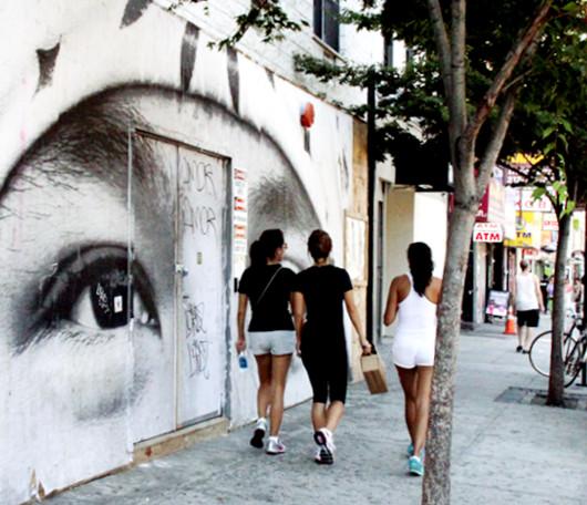 ニューヨークの街角に登場した巨大な顔の白黒写真アート_b0007805_1241269.jpg