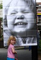 ニューヨークの街角に登場した巨大な顔の白黒写真アート_b0007805_1244468.jpg