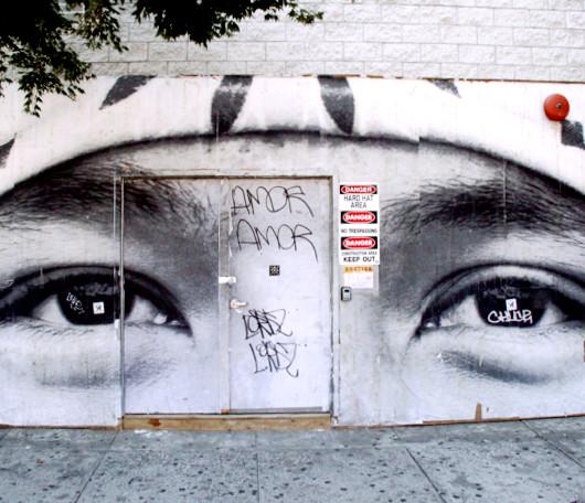 ニューヨークの街角に登場した巨大な顔の白黒写真アート_b0007805_1251585.jpg