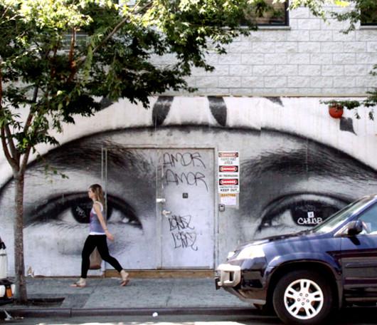 ニューヨークの街角に登場した巨大な顔の白黒写真アート_b0007805_125549.jpg