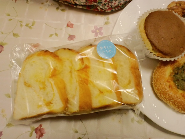 冷やして食べるパン_c0106100_8373446.jpg