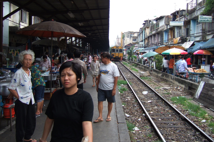 バンコク  マハーチャイ線ウォンウィエンヤイ駅の風景_b0061717_16425729.jpg
