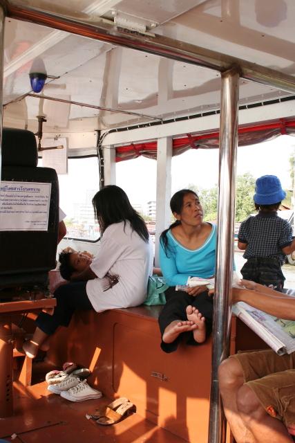 バンコク  水上バスの乗客たち_b0061717_5404574.jpg