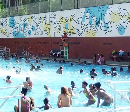 ニューヨークの市民プールはキース・へリングさんの巨大壁画つき_b0007805_10372899.jpg