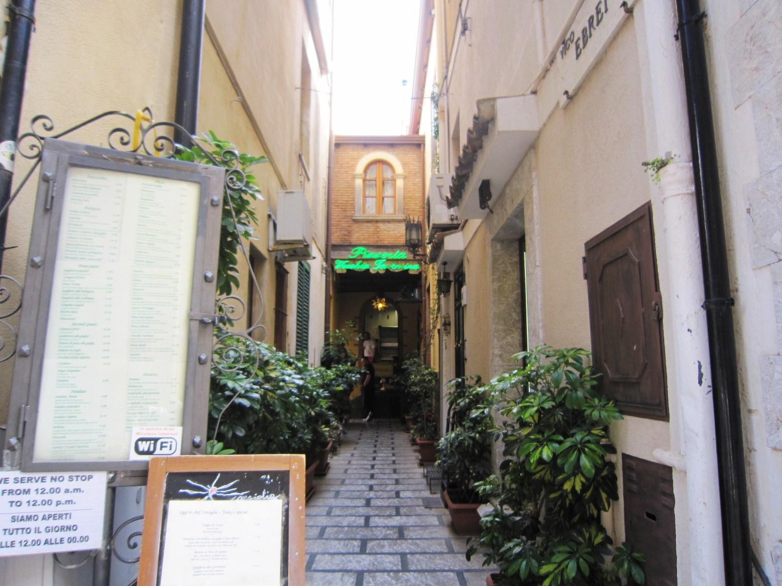 148. タオルミーナの街角(シチリア島)_e0233674_18265679.jpg
