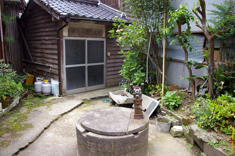 公民館と古井戸_f0130879_2341547.jpg