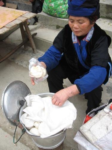 中華まん食べながらバスを待つ_f0055745_6462297.jpg