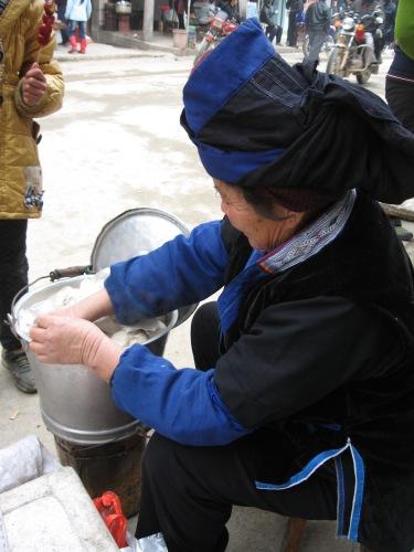 中華まん食べながらバスを待つ_f0055745_6465172.jpg