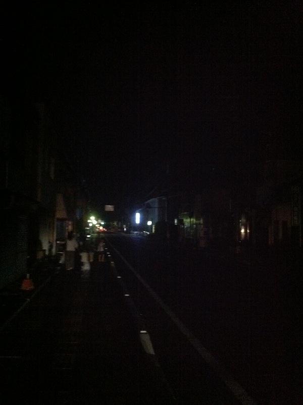 道路が真っ暗でとても危険だと思うのです。_b0028732_105633.jpg