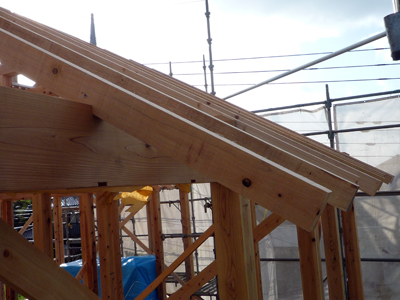 屋根をささえる垂木作業中です。_a0148909_0442130.jpg