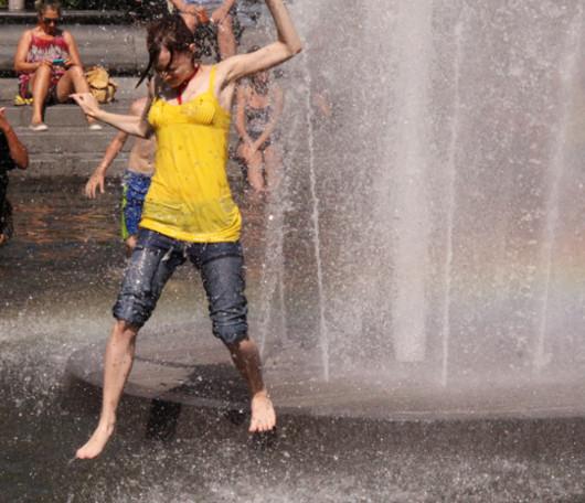 今年はワシントン・スクエアの噴水で水遊びする大人が増えた気がします_b0007805_12115517.jpg