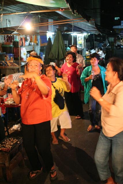 バンコク  年の瀬に 踊れおばやん 歌えバンコク_b0061717_0272790.jpg