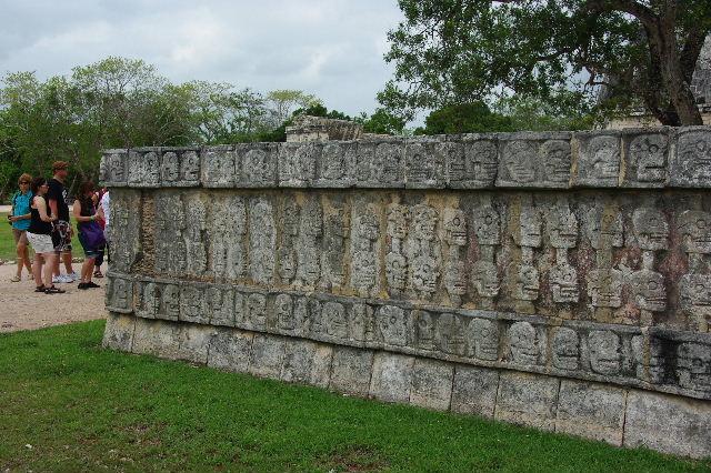 新チチェン・イツァ (7) ジャガーと鷹の台座と頭蓋骨の台座 _c0011649_14345771.jpg