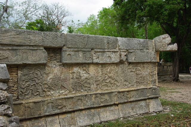新チチェン・イツァ (7) ジャガーと鷹の台座と頭蓋骨の台座 _c0011649_1435513.jpg