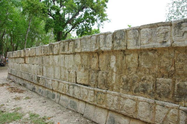 新チチェン・イツァ (7) ジャガーと鷹の台座と頭蓋骨の台座 _c0011649_14363686.jpg