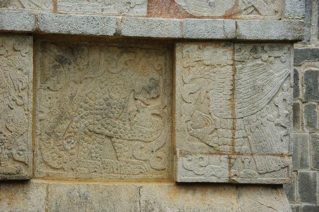 新チチェン・イツァ (7) ジャガーと鷹の台座と頭蓋骨の台座 _c0011649_9111940.jpg